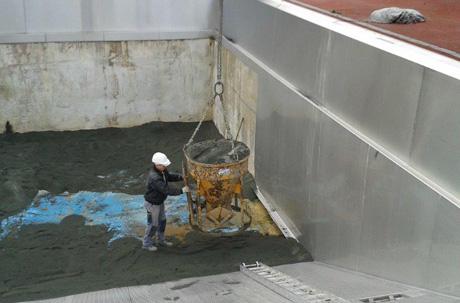 Sand und Folie wurden jetzt mit schwerem Gerät in das Sprungbecken im Burbacher Freibad eingebaut, um das Bad frostsicher zu machen und um weitere Schäden zu vermeiden. Foto: Gemeinde