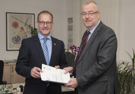 Abteilungsdirektor Ferdinand Aßhoff (li.) und Bürgermeister Walter Kiß bei der Übergabe der Zuwendungsbescheide. Foto: Bezirksregierung