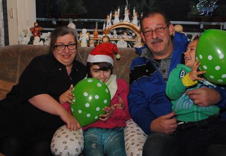 Mutter Heidrun Mantai mit Helen sowie Helens Neffe Gabriel und Wolfgang Michael Wagner. Foto: Verein