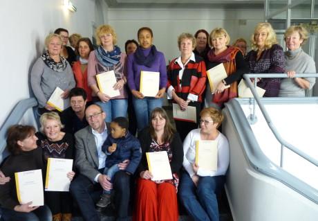 Nach der erfolgreichen Qualifizierung erhielten jetzt 15 Tagesmütter ihre Zertifikate des Bundesverbandes für Kindertagespflege. Foto: Kreisverwaltung