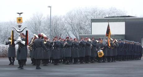 Einmarsch der Ehrenformation, bestehend aus dem Heeresmusikkorps Veitshöchheim und dem Ehrenzug des Einsatzführungsbereichs 2. Fotos: Peter Hanke/Bundeswehr