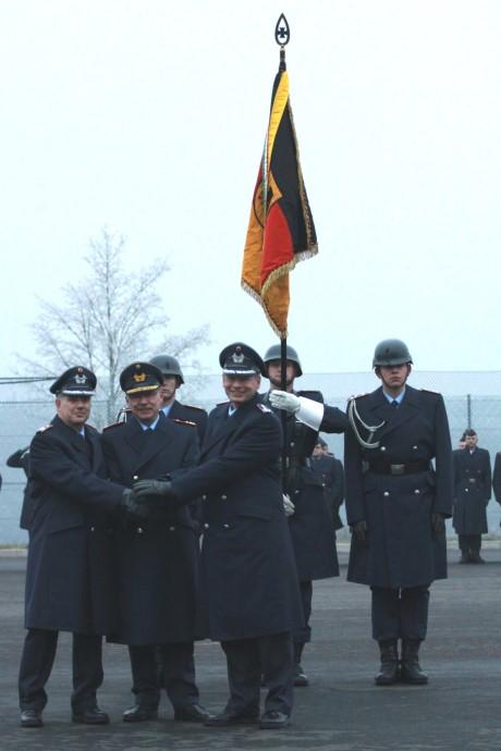 Im Rahmen eines militärischen Appells übertrug der Kommandeur Bodengebundene Verbände des Kommandos Einsatzverbände der Luftwaffe, Generalmajor Robert Löwenstein (M.), das Kommando des Einsatzführungsbereichs 2 von Oberst Martin Krüger (re.) an Oberstleutnant Lars Hoffmann (li.).