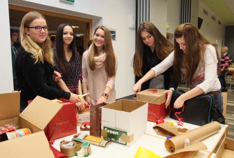 Kopierkartons wurden in schmucke Weihnachtspakete verwandelt und mit Geschenken gefüllt. Foto: Berufskolleg