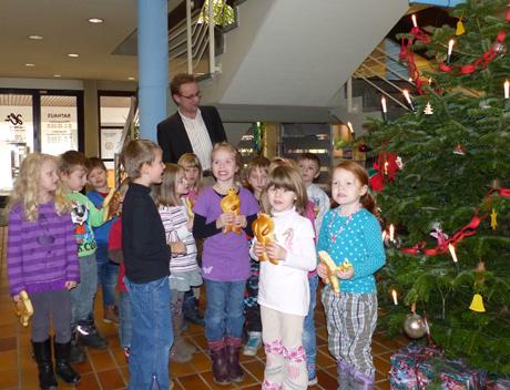 """Die """"Arche""""-Kinder, Bürgermeister Hans-Peter Hasenstab und Elke Kern als Leiterin der Kindertagesstätte beim Weihnachtsbaumschmücken. Foto: Stadt"""
