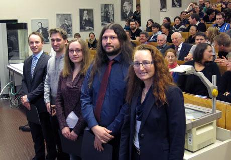 Dr. Andrea Kleiner (rechts) zeichnete die Absolventen (von links) Phil Marvin Pithan, Byron Helmut Staudt, Anna Schulte und Christopher Stremmel aus. Foto: Uni