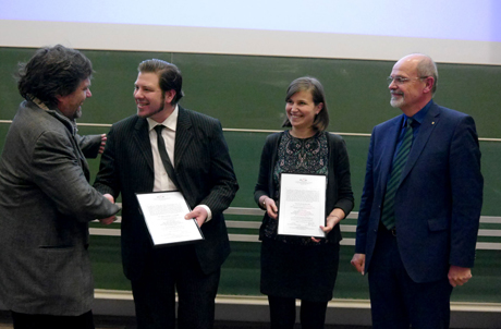 Dekan Prof. Dr. Volker Wulf (li.) gratuliert Stefan Schelhaas für die Beste aller Bachelor-Arbeiten. Insa Kanold wurde für ihre Master-Arbeit ausgezeichnet, rechts Prof. Dr. Gero Hoch. Foto: Uni