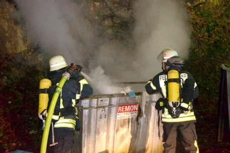 In der Leimbachstraße wurden am Dienstagabend zwei Container angezündet. Foto: oo
