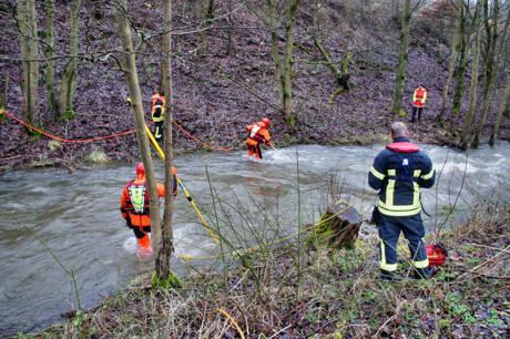 2015-01-09_Niederdielfen_Vermisstensuche_in_Fluss_Foto_Hercher_2