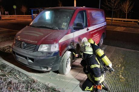Brandstiftung: Ein Kleinbus wurde auf dem Parkplatz des Siegener IKEA angezündet. Fotos (3): Kay-Helge Hercher