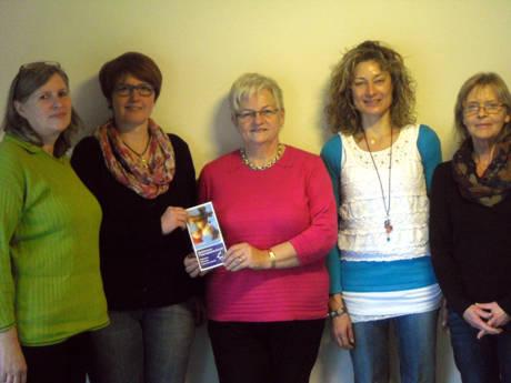 Elke Weber, Kathrin Belterman und Regina Decker-Donner (v.l.) überreichten den Geldbetrag an Ute Otto vom Therapiezentrum.