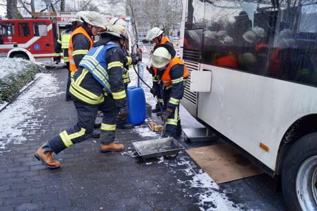 2015-01-29_Siegen-Weidenau_ABC2_Kraftstoff_aus_Bus_gelaufen_Foto_MGross_2