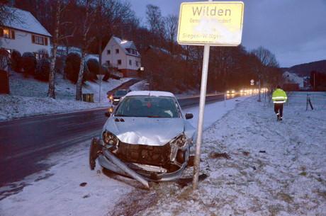 In Höhe des Ortsschildes von Wilden, in Fahrtrichtung Salchendorf, konnte eine Pkw-Fahrerin auf der winterlichen Fahrbahn nicht mehr bremsen. Sie geriet mit ihrem Pkw ins Schleudern und krachte unter einen Lastzug. An dem Fahrzeug entstand Totalschaden. Die Fahrzeugführerin musste verletzt in ein Krankenhaus eingeliefert werden. (Foto: oo)