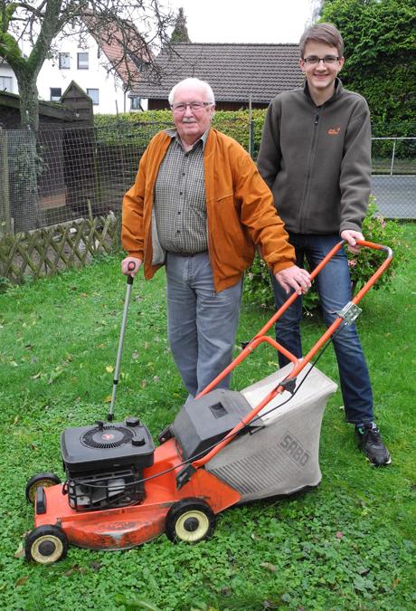 Tom Weber (re.) ist da, wenn Hilfe gebraucht wird. Er unterstützt Ulrich Klein u.a. beim Rasenmähen. Foto: Gemeinde