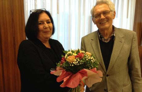 Sag es mit Blumen: Klaus Buchner, stellvertretender AfD-Kreisvorsitzender gratuliert der neuen Vorsitzenden Cornelia Diederichs. Foto: Partei