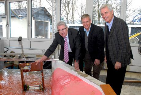 Prof. Dr. Lohe (re.), Erfinder Stiller und Prof. Dr. Jensen (li.) erforschen gemeinsam die optimale Wirkung der Maschine. Foto: Uni