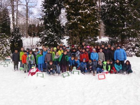 Die Klassen 5 der Realschule in Hilchenbach haben ihre Schneefrauen und -männer auf dem Schulhügel, der Gerichtswiese und dem Gelände der alten Florenburg-Grundschule errichtet.