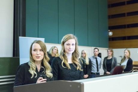 Jenny Mazanec (links) aus Wenden und Marie Schreiner aus Drolshagen erhielten für ihre Bachelor-Arbeit den Förderpreis für Architektur und Bauingenieurwesen der Universität Siegen. (Foto: Uni)