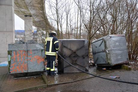 """Am Montagvormittag, gegen 10:30 Uhr, wurde die Feuerwehr Achenbach wieder zur Brandstelle """"Am Eichert"""" gerufen. Hier hatte sich das Papier wieder entzündet und es mussten von den Feuerwehrkräften Nachlöscharbeiten durchgeführt werden.  (Foto: oo)"""