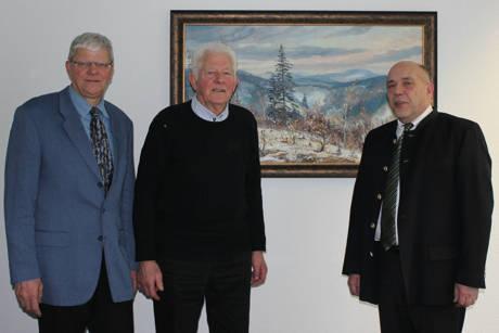 Kreis-Dezernent Henning Setzer (rechts) und Hartmut Moos (links), zuständig für Jagdangelegenheiten beim Kreis Siegen-Wittgenstein, verabschiedeten Dieter Wagener nach 45 Jahren aus dem Kreisjagdbeirat.