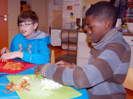 Gemeinsam kochen, etwas unternehmen: Die jungen Besucher nutzen das Angebot im städtischen Kinder- und Jugendtreff Lindenberg gerne. (Foto: Stadt Siegen)