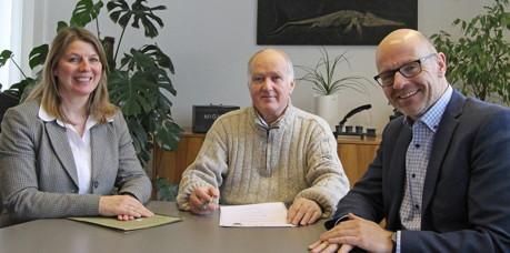 Wilnsdorfs Bürgermeisterin Christa Schuppler vereidigte den neuen Ortsvorsteher Wildens, Bertold Daub (m.), im Beisein von 1. Beigeordneten Helmut Eich. (Foto: Gemeinde Wilnsdorf)
