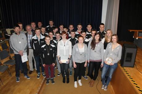 Germania Salchendorfs C-Junioren (in den schwarzen Trainingsjacken), Laura-Christin Kring (vordere Reihe, 4. v. r.) sowie Spielerinnen der weiblichen Handball A-Jugend vom TVE Netphen (mit grauem Oberteil).