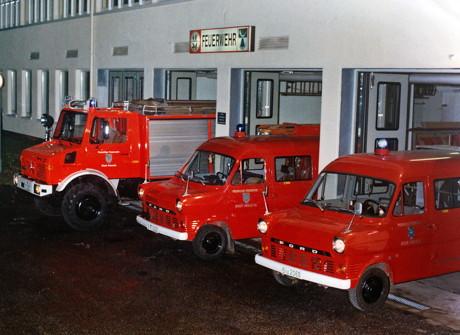 Seit 1960 ist die Löschgruppe Krombach im Untergeschoss der Krombachhalle stationiert., wie auf dem historischen Foto zu sehen ist.