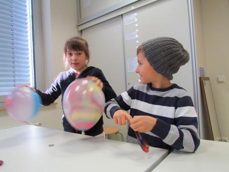 """Erijon und Anastasia haben beim """"Experiment des Monats"""" des Bildungsbüros des Kreises Siegen-Wittgenstein immer wieder die Luftballons kreisen lassen. (Foto: Kreis)"""
