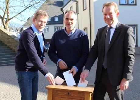 Bürgermeister Steffen Mues ernannte Thomas Runge (Mitte) jetzt zum neuen Leiter der Arbeitsgruppe Wahlen bei der Stadt Siegen. 30 Jahre lang hatte Rainer Rosenthal (links) das Amt inne. (Foto: Stadt Siegen)