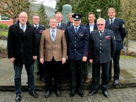 Vor dem Besucherzentrum der Krombacher Brauerei mit Landrat, Bürgermeister, Ltd. Branddirektor Berthold Plenkert, dem geschäftsführenden Vorstand des KFV und dem neuen Kreisstabführer.
