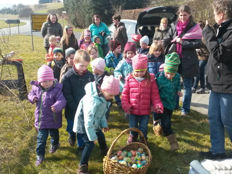 Die DRK-Kindergartenkinder und Ihre Eltern durften die vielen bunten Eier am Osterbaum aufhängen. (Foto: DRK)