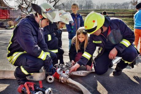 2015-03-23_Wilnsdorf_Grundschule_FeuerwehrAG_OGS_Abschlussuebung_Foto_Hercher_04