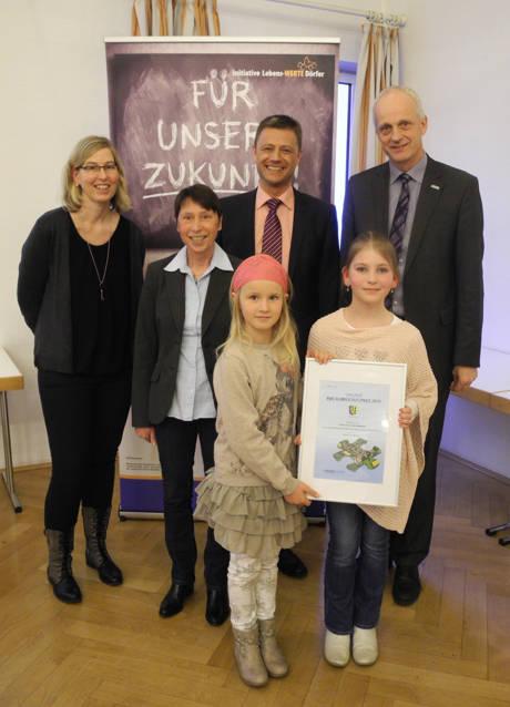 Die Garten-AG der Grundschule Holzhausen wurde mit dem RWE-Klimaschutzpreis ausgezeichnet: Bürgermeister Christoph Ewers (r.) und RWE-Vertreter Peter Imhäuser (2.v.r.) überreichten die Urkunde an Tatjana Schuh, Ute Kring-Fey, Luise Schuh und Linn Froboese (v.l.)