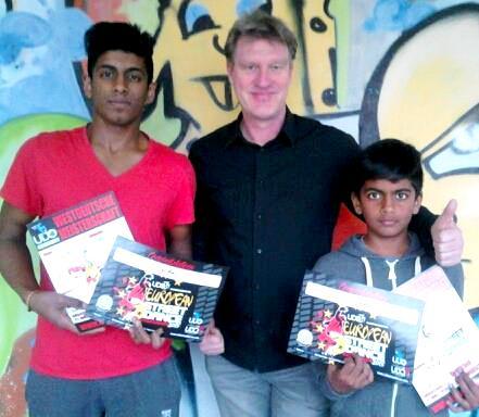 Die Streetdance Crew des Tanzkreis Siegen mit Santhos Thiru, Trainer Udo Ossenbühl und Siyan Thiru (Foto: Tanzkreis Siegen)