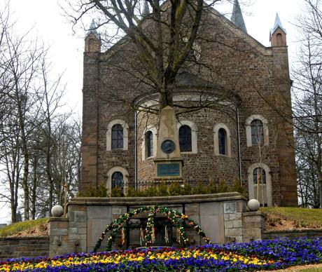 Der Baubetriebshof der Stadt Hilchenbach hat vor wenigen Tagen die Blumenbeete bepflanzt, so dass nun der Marktplatz im neuen Glanz erscheint. (Foto: Stadt)
