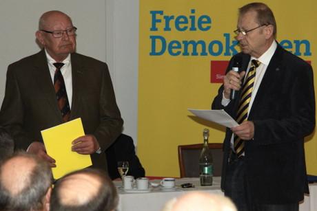 Freidemokrat Friedrich Stöcker (l.) wurde kürzlich für 60 Jahre Mitgliedschaft in der FDP geehrt. Die Laudatio hielt Klaus Volker Walter (r.). (Foto: P.Hanke)