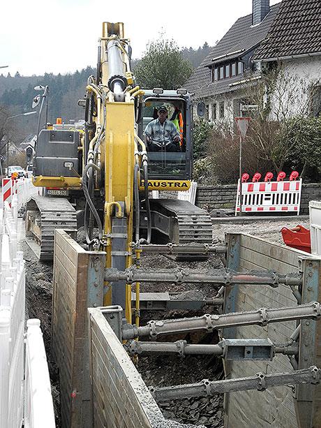 Mit großem Gerät wird derzeit in Niederdresselndorf auch an der Kanalisation gearbeitet, die im Zuge der Erneuerung der Ortsdurchfahrt ebenfalls saniert wird. | Foto: Gemeinde Burbach