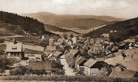 Die historische Ansichtskarte aus dem Jahr 1925 zeigt Obersdorf mit Blick vom Marienhain Richtung Eisern. (Repro: Gerhard W. Göbel)