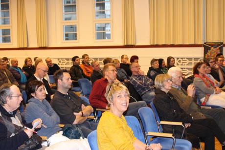 """Zahlreiche Besucher kamen ins Kulturhaus Lÿz, um den Film """"Die ARIER"""" zu sehen und mit Regisseurin Mo Asumang ins Gespräch zu kommen."""