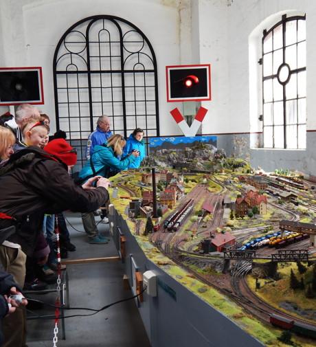 Auch die Modellbahn-Anlage fand ihre Zuschauer.