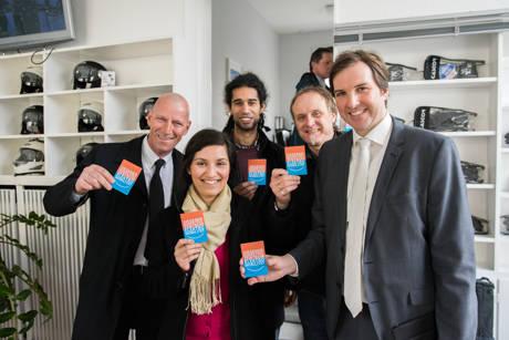 (von links): Henning Zoz (Kooperationspartner Zoz GmbH), Feriha Özdemir (Projektmitarbeiterin), Christophe Said (Projektmitarbeiter), Jürgen Daub (Projektkoordinator Uni Siegen) und Dominik Eichbaum (Projektkoordinator Stadt Siegen). (Foto: Uni)