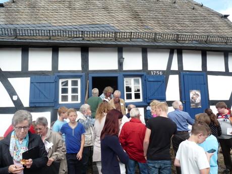 Die Kreisbewertungskommission blickt in den Backes von Holzhausen. (Foto: Kreis)