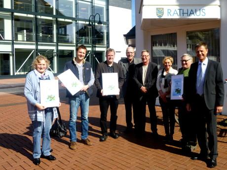 Die Preisträger sowie Peter Imhäuser (r.), Antje Hoffmann (3.v.r.) und Eberhard Vogel (4.v.r.). (Foto: Stadt Kreuztal)
