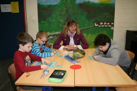 """Monika Sander liegen die Kinder am Herzen. Mit viel Geduld, Unterstützung, positiver Rückmeldung und Begeisterung vermittelt sie ihren jungen Schülern, dass Lernerfolg viel Freude machen kann. Und hat so auch großen Anteil dran, dass die Kinder ein positiveres Selbstbild entfalten. Zur Zeit absolviert sie die Weiterbildung """"Sensomotorische Förderung zur Lernunterstützung von Kindern"""", die darauf abzielt Lernblockaden besser abbauen zu können. (Foto: Gemeinde)"""