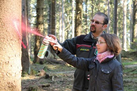 Revierförster Christian Hahne zeichnet mit Tine aus_Foto_Christa Vitt-Lechtenberg - Wald und Holz NRW