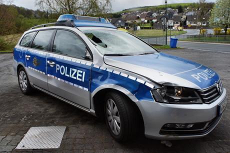 2015-04-25_Wilnsdorf_L722_Unfall_VU-Wild_Polizeiauto_gegen_Hirsch_Foto_Hercher_01