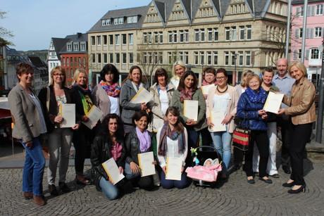 Die 14 frisch ausgebildeten Tagesmütter erhielten ihre Zertifikate von Stadträtin Babette Bammann (rechts). (Foto: Stadt Siegen)