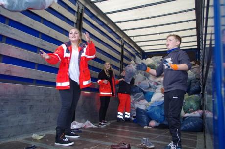 Helferinnen und Helfer unserer Rotk-reuzgemeinschaft Hilchenbach beim Verladen der Kleidertüten. (Foto: DRK)
