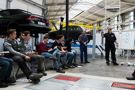 Prof. Dr. Bernd Dreher (r.) erklärte Schülerinnen und Schüler unter anderem die Funktionen von Trommel- und Scheibenbremsen | Foto: Uni Siegen