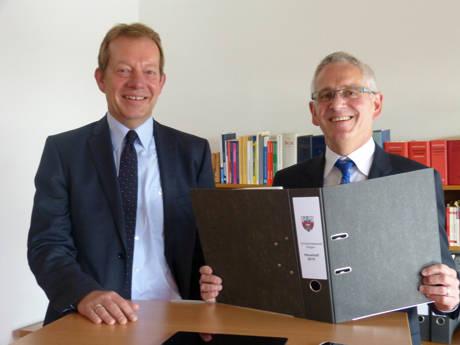 Bürgermeister Steffen Mues begrüßte Siegens neuen Kämmerer und Ersten Beigeordneten Wolfgang Cavelius (rechts) an dessen ersten Arbeitstag. (Foto: Stadt Siegen)